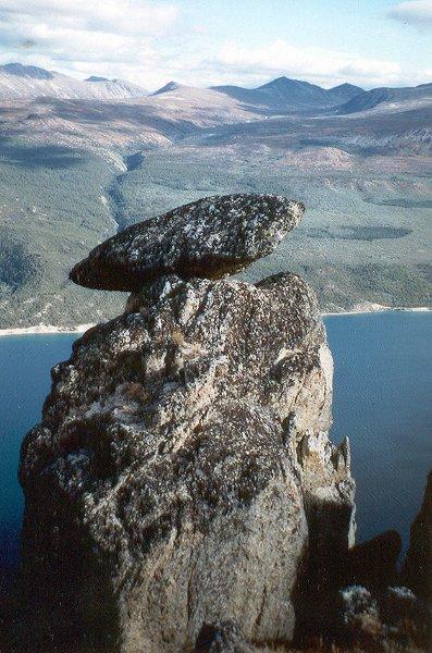 surpriselake.stein.auf.bergspitze.600